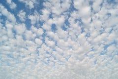 Nubes de cúmulo en el cielo Foto de archivo