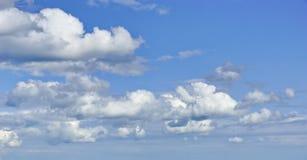 Nubes de cúmulo en el cielo azul fotos de archivo