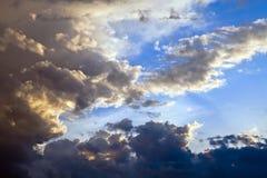 Nubes de cúmulo en el cielo de la tarde Fotos de archivo libres de regalías