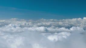 Nubes de cúmulo en el cielo - una visión desde una alta montaña Chiang Mai, Tailandia