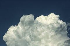 Nubes de cúmulo en el fondo del cielo azul Fotografía de archivo