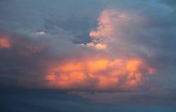 Nubes de cúmulo en la puesta del sol Fotos de archivo libres de regalías