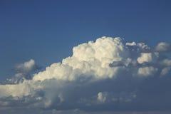 Nubes de cúmulo grandes contra el cielo azul Fotografía de archivo