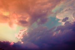 Nubes de cúmulo multicoloras fabulosas en la puesta del sol imagenes de archivo