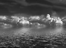 Nubes de cúmulo sobre el agua foto de archivo