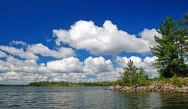 Nubes de cúmulo sobre el lago knife fotos de archivo libres de regalías