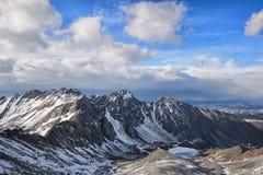 Nubes de cúmulo sobre un macizo de la montaña foto de archivo libre de regalías