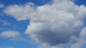 Nubes de c?mulo hermosas en el cielo metrajes