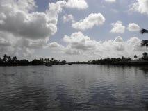 Nubes de cernido sobre el lago Imagenes de archivo