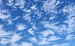 Nubes de cirro altas en el cielo azul fotografía de archivo libre de regalías