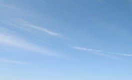 Nubes de cirro contra un cielo azul Fotografía de archivo libre de regalías