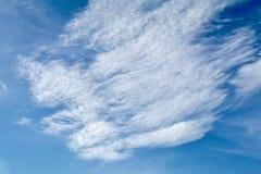 Nubes de cirro en el cielo azul imagen de archivo libre de regalías