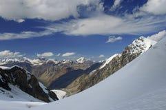 Nubes de cirro en un cielo azul sobre landscap de la montaña Fotos de archivo