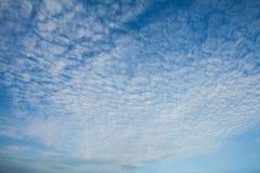 Nubes de cirrocúmulo Fotografía de archivo libre de regalías