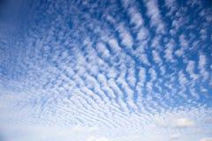 Nubes de cirrocúmulo sobre Eastfrisia Imagen de archivo libre de regalías