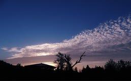 Nubes de cirrocúmulo sobre las montañas de Khirsu, Pauri Garhwal, Uttarakhand La India imagen de archivo