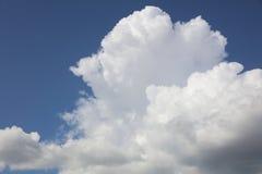 Nubes de cúmulo contra el cielo azul Fotografía de archivo libre de regalías