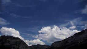 nubes de cumulonimbus en los prados del tuolumne metrajes