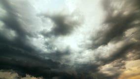 Nubes de fuertes lluvias antes de una tormenta time lapse almacen de metraje de vídeo