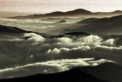 Nubes de la baja altitud sobre las montañas Imagen de archivo libre de regalías