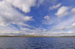 Nubes de la caída sobre un lago wilderness Imagenes de archivo
