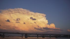 Nubes de la ciudad del puente de Timelapse Puente sobre el río Obi en Novosibirsk Tráfico urbano en el puente en verano nublado almacen de video