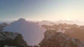 Nubes de la montaña hacia salida del sol almacen de metraje de vídeo