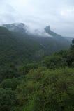 Nubes de la monzón y una escena de la montaña imagen de archivo libre de regalías