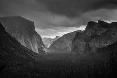 Nubes de la nieve de la opinión del túnel sobre el valle de Yosemite Foto de archivo libre de regalías