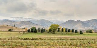 Nubes de la nieve sobre las colinas y las tierras de labrantío foto de archivo libre de regalías