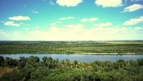 Nubes de la opinión del panorama sobre el río en el parque de naturaleza metrajes