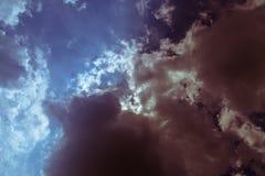 Nubes de la oscuridad del cielo azul Fotografía de archivo libre de regalías