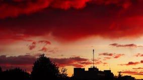 Nubes de la posluminiscencia en cacerola de la ciudad almacen de video