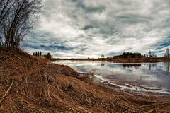 Nubes de la primavera sobre el río Imagen de archivo libre de regalías