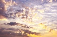Nubes de la puesta del sol del cúmulo con el sol fotografía de archivo