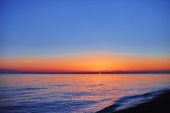 Nubes de la puesta del sol en el mar Foto de archivo libre de regalías