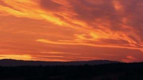 Nubes de la puesta del sol que sorprenden con la colina, paisaje checo almacen de video