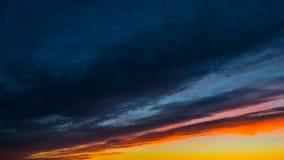 Nubes de la puesta del sol, time lapse almacen de metraje de vídeo