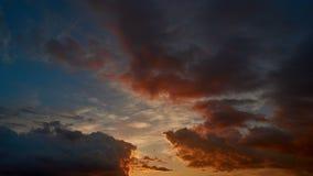 Nubes de la puesta del sol y timelapse hermosos del color