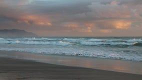 Nubes de la salida del sol sobre la bahía de la abundancia almacen de video