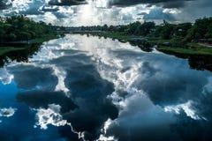 Nubes de la sombra en el río imagen de archivo