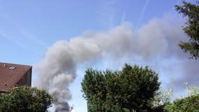 Nubes de la subida del humo en el cielo