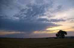 Nubes de la tarde imagenes de archivo