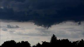 Nubes de la tarde en Falkensee, Brandeburgo Alemania almacen de video