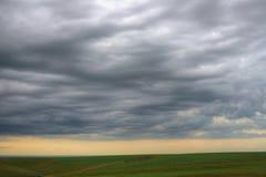 Nubes de la tarde sobre la tierra foto de archivo