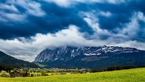 Nubes de la tormenta y de lluvia sobre las montañas almacen de video
