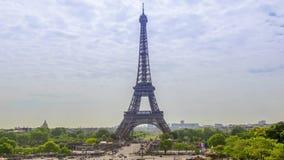 Nubes de la torre Eiffel y del día Lapso de tiempo almacen de metraje de vídeo