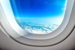 Nubes de la ventana y del verano de la porta del aeroplano Fotografía de archivo