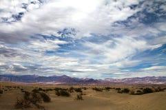 Nubes de las dunas de arena Fotografía de archivo libre de regalías