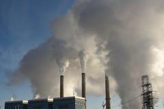 Nubes de las emisiones que suben de una central eléctrica de generación termoeléctrica con carbón, estación del río de Laramie fotografía de archivo libre de regalías